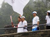 图文:奥运圣火在北京传递 火炬手李龙江
