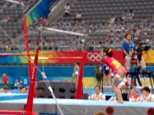 图文:中国体操女队训练 队员邓琳琳上杠的瞬间