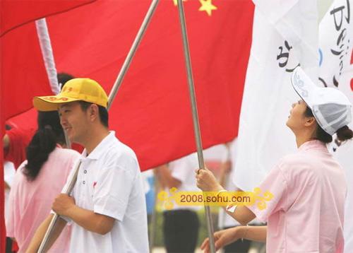 昌平路段火炬传递 国旗随处可见