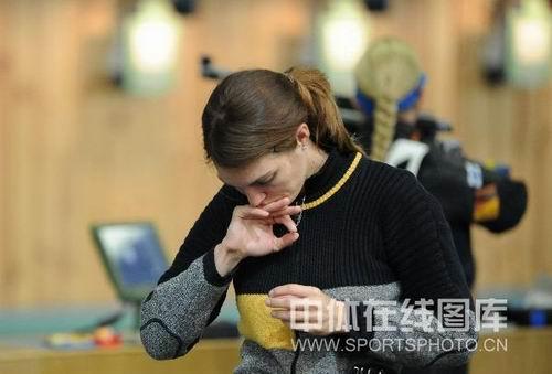 图文:中国射击队备战奥运会 埃蒙斯在训练中