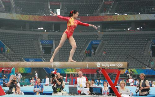 图文:体操女队赛台训练 老将程菲做平衡木练习