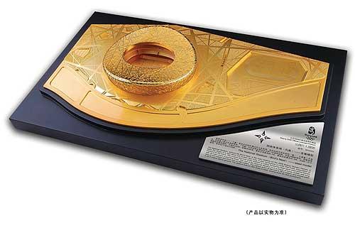 图文:开幕式特许商品-镀金鸟巢模型小号