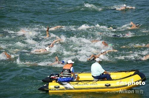 """2008年6月1日,""""好运北京""""2008年奥运会马拉松游泳资格赛在顺义奥林匹克水上公园举行。 中新社发 马毅行 摄"""