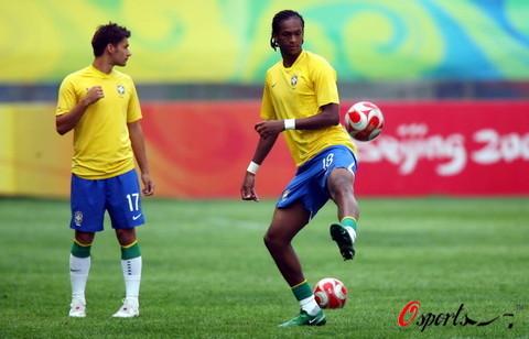 图文:巴西VS比利时 曼城射手若热身