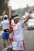 图文:奥运圣火在北京传递 火炬手范清惠