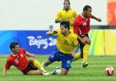 图文:巴西VS比利时 迭戈遭遇侵犯