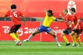 图文:巴西VS比利时 小罗难以摆脱对手防守