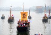 图文:奥运火炬在京航大运河通州段传递