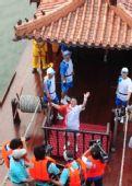 图文:李银环在京杭大运河通州段仿古船上传火炬
