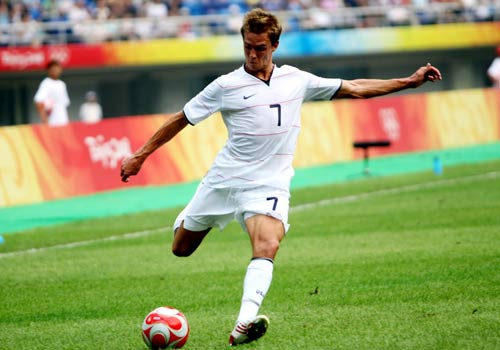 男足预选赛美国1-0胜日本 霍尔登进攻