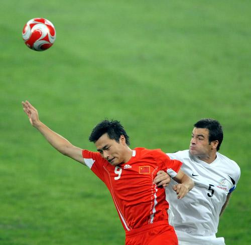 图文:[奥运会]中国国奥VS新西兰 郜林力压对手
