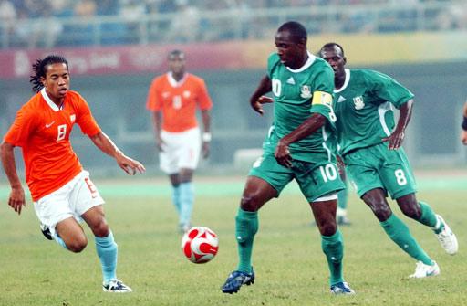 图文:荷兰VS尼日利亚 非洲雄鹰气势逼人
