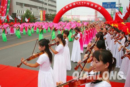 200把小提琴组成的方阵奏出琴韵悠扬