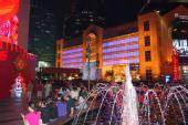 图文:奥运倒计时最后一天 上海八百伴门前
