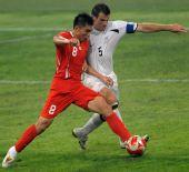 图文:[奥运会]中国国奥VS新西兰 郑智对抗