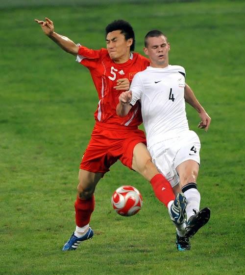 图文:[奥运会]中国国奥1-1新西兰 李玮峰拼抢