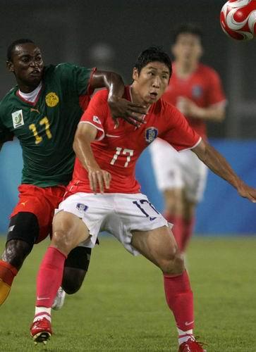 图文:奥运男足韩国1-1战平喀麦隆 在互相拉扯