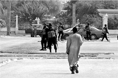 8月6日,毛里塔尼亚士兵在首都努瓦克肖特街头巡逻。 新华社/法新