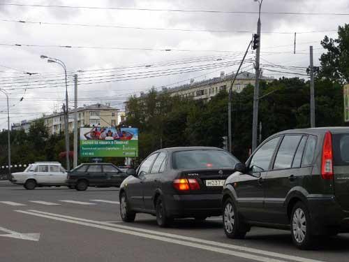 莫斯科街头的奥运广告上写着:到北京为我们的运动员加油吧!