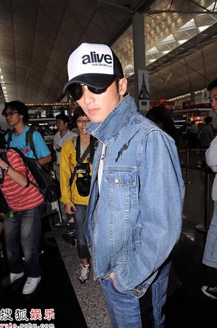 谢霆锋孤身出现在机场,飞往北京