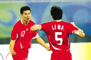 董方卓(左)与李玮峰庆贺