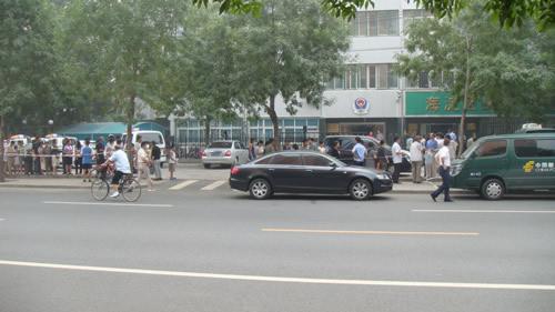 邮局门前的人群