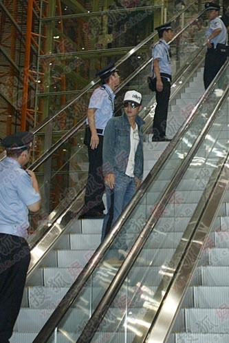 谢霆锋坐上电梯