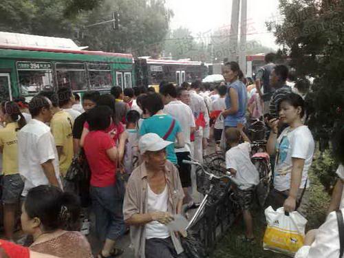 北京传递最后一站101中学前急盼圣火的人们