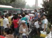 图文:北京传递正进行 最后一站101中学前盼圣火