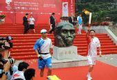 图文:奥运圣火在北京传递 第一棒火炬手冯巩