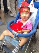 图文:小朋友头顶标语面带笑容 兴奋等待圣火