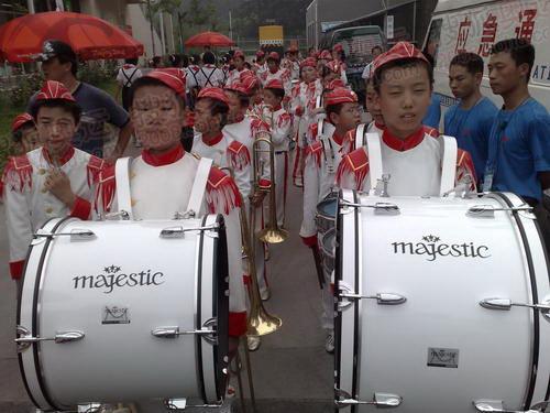鼓乐队敲鼓迎圣火
