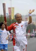 图文:奥运圣火在北京传递 火炬手猪谷千春