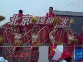 组图:奥运圣火北京第三日传递 漂亮的花车宝贝