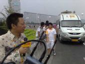 组图:官网首席记者张朝阳在鸟巢前采访