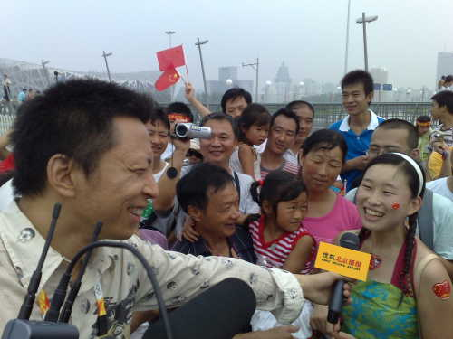 官网首席记者张朝阳在鸟巢前采访
