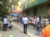 组图:北京奥运开幕日 人们购买邮品的热情高涨