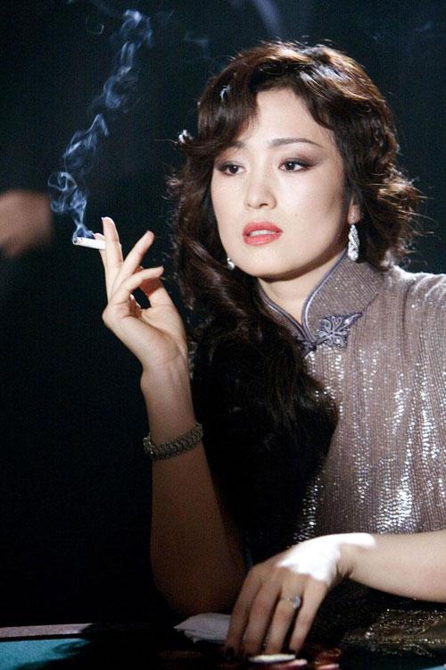 巩俐扮演的舞女风情万种,抽烟的姿势都如此性感