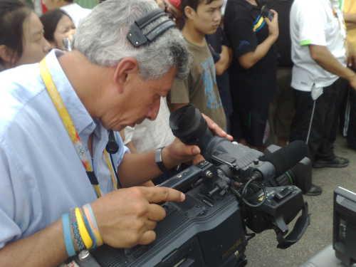 摄影师专注拍摄