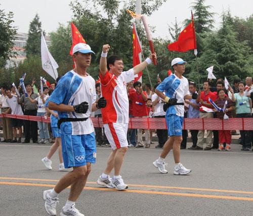 图文:中国移动党组书记张春江传递圣火