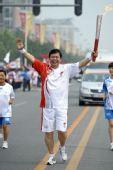 图文:奥运圣火在北京传递 火炬手张春江