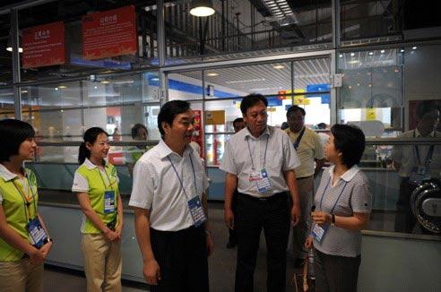 奥运总指挥部总指挥赵继东在现场服务中心视察