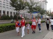 图文:奥运开幕日周边 外国奥运家庭奔赴鸟巢