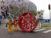 图文:奥运开幕式周边 场外搬运的表演道具