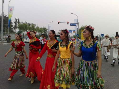 图文:奥运开幕式周边 身着少数民族服装的朋友