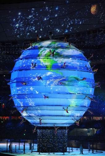 图文:奥运会开幕式之梦想 蓝色地球升起