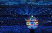 图文:第29届奥运会隆重开幕 彩球承载两位歌手