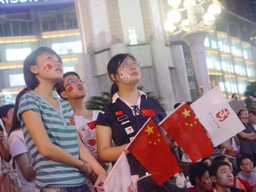 众市民齐聚街头观看开幕式1
