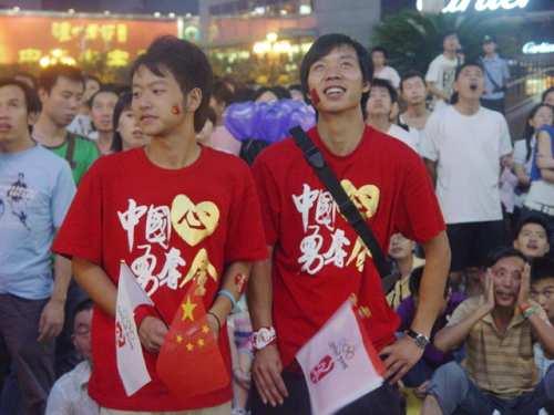 众市民齐聚街头观看开幕式3