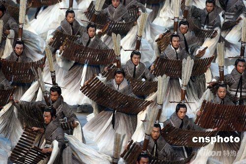 """8月8日晚,第二十九届奥林匹克运动会在北京开幕。由中国著名电影导演张艺谋指导的北京奥运会开幕式文艺演出节目中的核心部分——《美丽的奥林匹克》,全部内容围绕一幅""""中国古代画卷""""卷轴的开启展开。中华汉字是世界上最古老的文字之一,古老的汉字承载着中华文明久远而深邃的历史,在这一篇章的表演中,展现了中国汉字的变化魅力。孔子的三千弟子手执竹简漫漫歌颂,缓缓步入场地,经典名句响彻全场。 中新社发 任晨鸣 摄"""